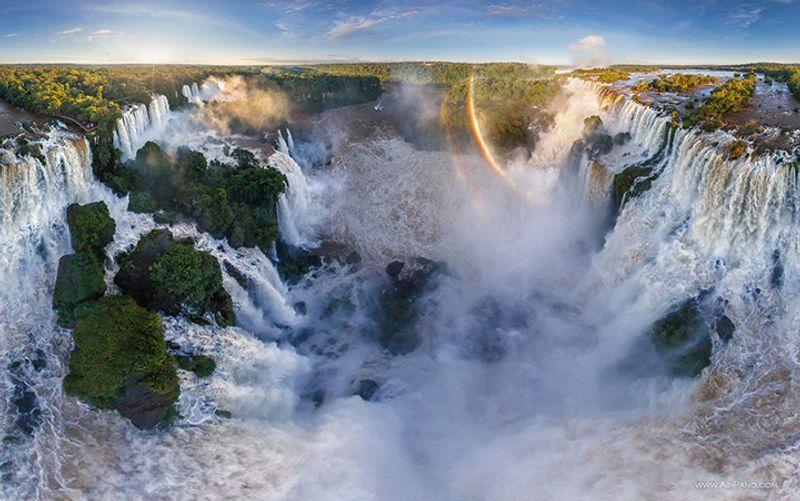 Regenbogen über der Wasserfälle von Iguazu, Ansicht von oben