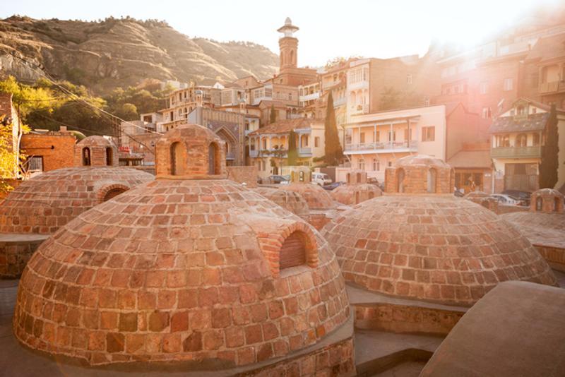 Крыши серных бань Абанотубани в центре Тбилиси, Грузия