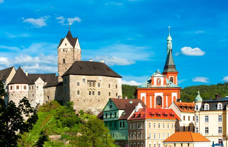 Η πόλη Λόκετ της Τσεχίας με φόντο τους καταπράσινους λόφους