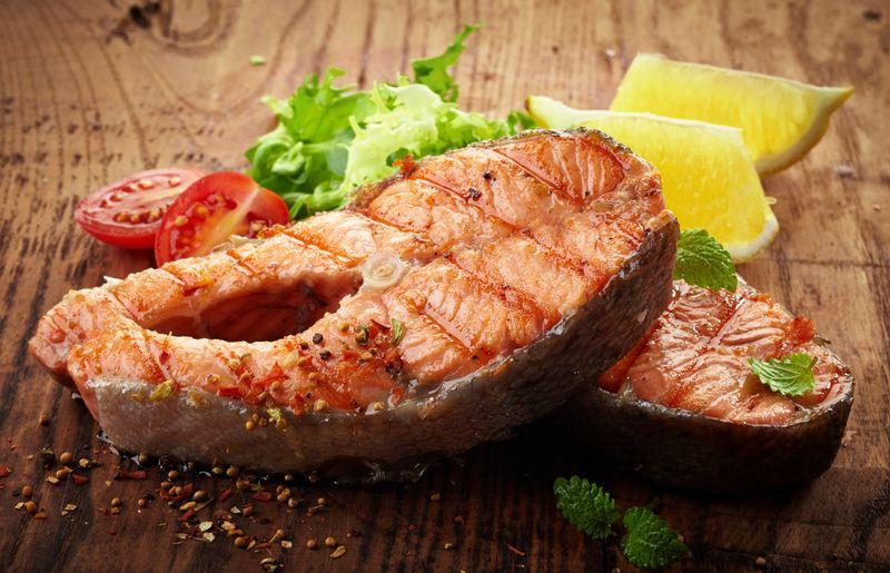 Grilled Salmon, salah satu hidangan laut yang nikmat dan kaya protein, meski terkenal cukup mahal
