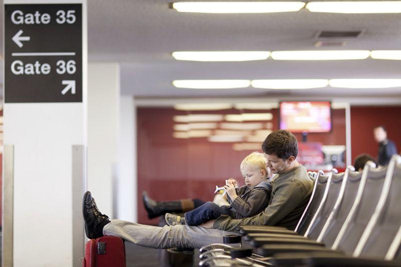 Отец с сыном в аэропорту