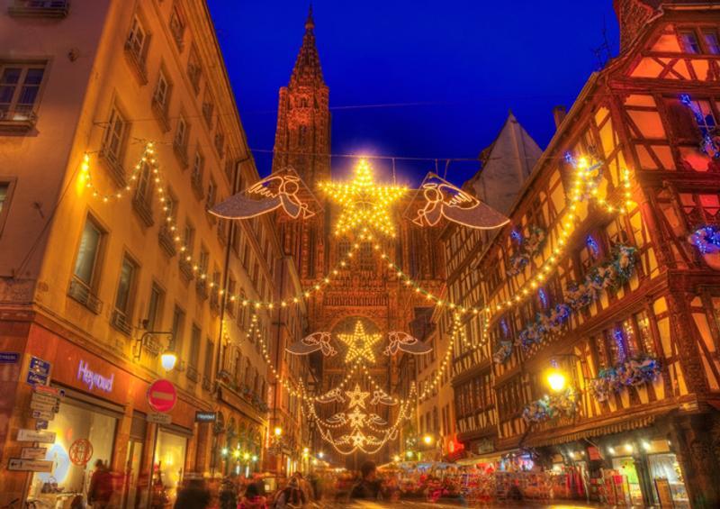 Украшенная к Рождеству улица в Страсбурге, Франция