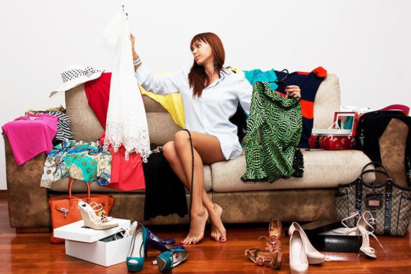 Девушка собирает вещи в отпуск