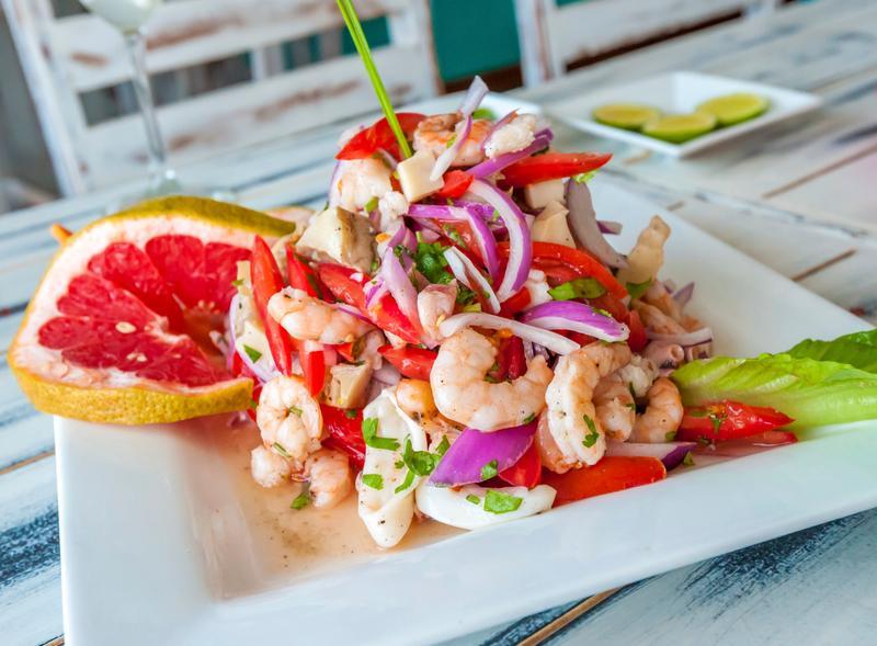 Севиче, перуанское рыбное ассорти, маринованное в соке лайма