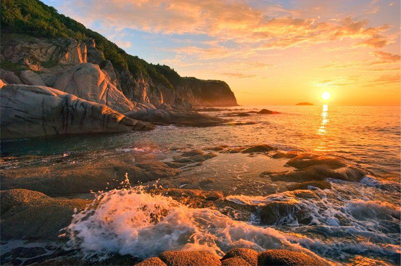 закат над скалами в Приморском крае
