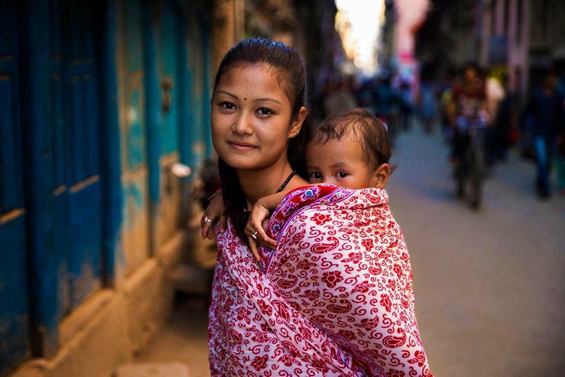 """Женщина с ребенком в непальском Катманду из фотопроекта Михаэлы Норок """"Атлас красоты"""""""