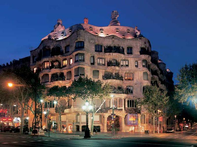 La Pedrera de Gaudí por la noche © ACT / Imagen Más