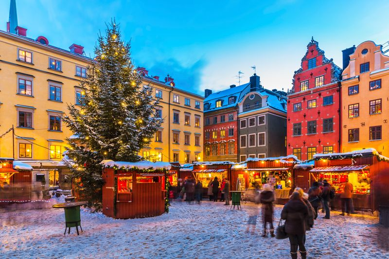 Рождественские павильоны, елка и яркие домики на самой старой площади Стокгольма Stortorget