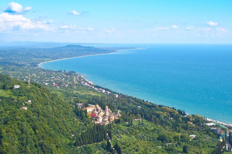 Вид сверху на Новый Афон и Черное море в Абхазии