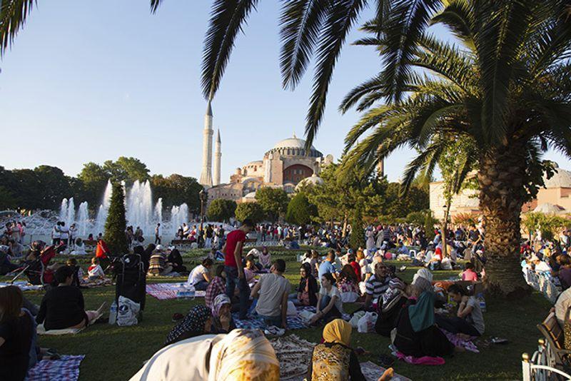 Толпы местных жителей отмечают окончание Рамадана в Турции