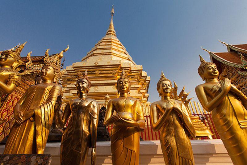 Золотые статуи Будды в одном из тайских храмов