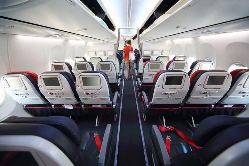 Экраны в спинках кресел самолета