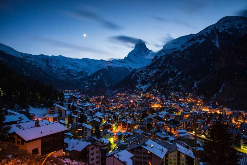 Ночной вид на горнолыжный курорт Церматт в Швейцарии