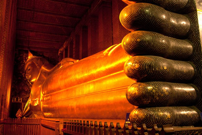 Статуя Лежащего Будды в храме Ват Пхо в Бангкоке, Таиланд