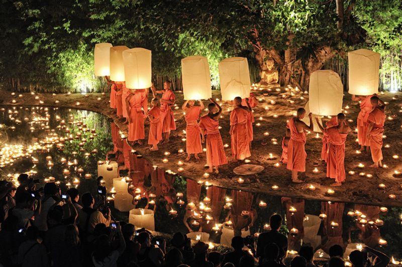 Монахи со свечами на ежегодном празднике Лойкратхонг в Таиланде