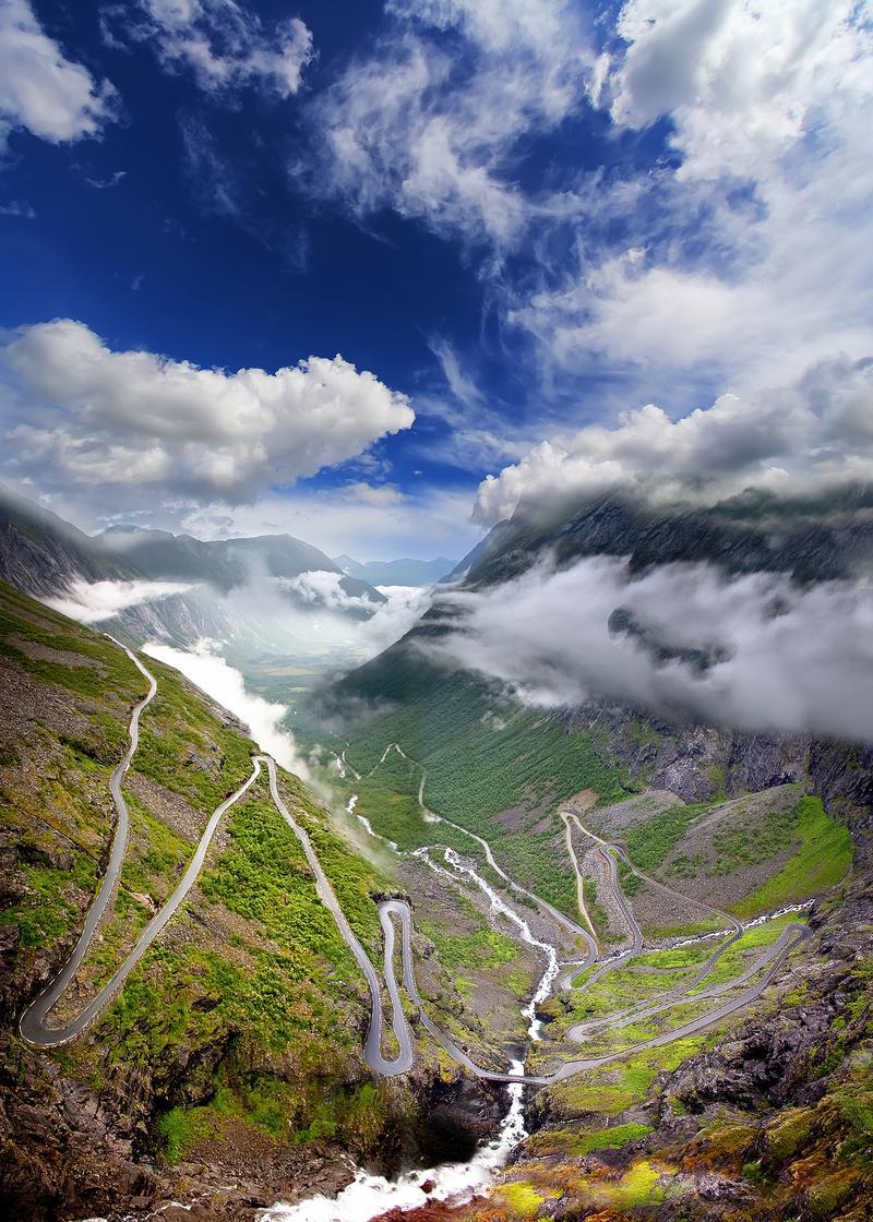 Ο οφιοειδής δρόμος Trollstigen κάτω από τον Νορβηγικό ουρανό