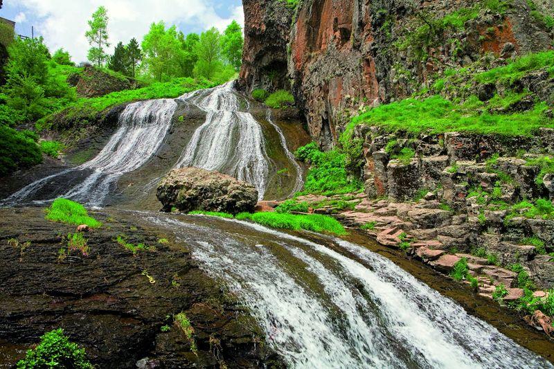 Водопад на высокогорном курорте с минеральными источниками Джермук в Армении