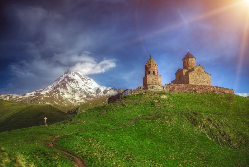 Троицкая церковь в грузинской деревне Гергети на высоте 2 170 метров у подножья Казбека недалеко от Военно-Грузинской дороги