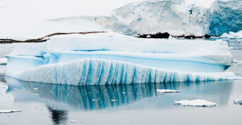 Gestreifte Eisberge in der Antarktis