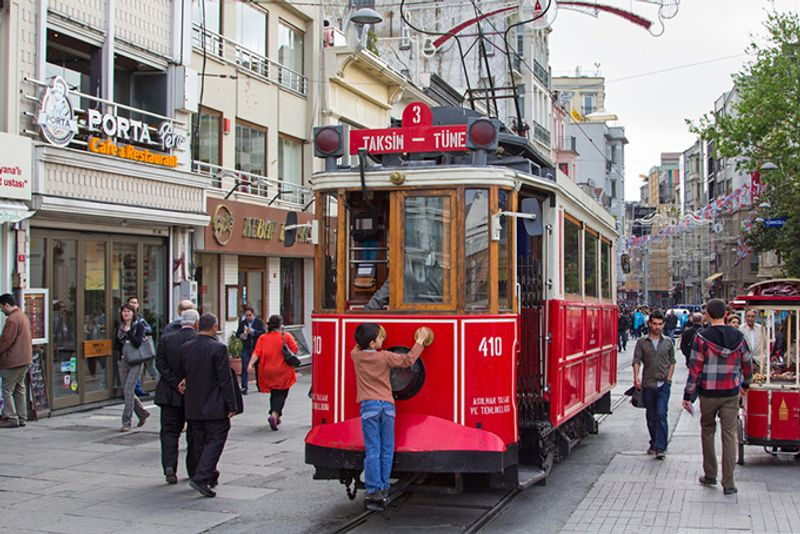 Красный трамвай на улице Истикляль в Стамбуле, Турция