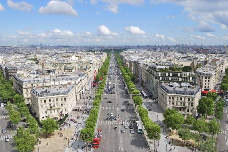 Η εμβληματική οδός Champs-Elysées του Παρισιού
