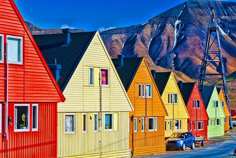 Разноцветные домики в арктическом поселке Лонгйир на 78 градусах северной широты