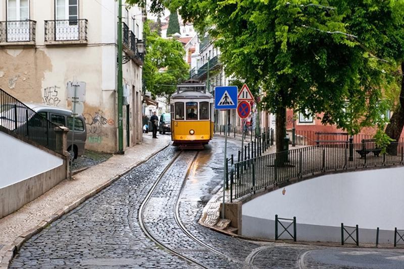 Желтый трамвай на улице Лиссабона, Португалия