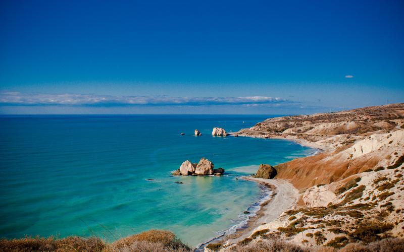 Скала Афродиты в Средиземном море между городами Пафос и Лимасол на Кипре