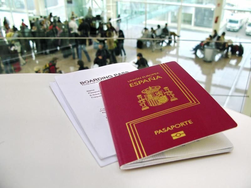 pasaporte y tarjeta de embarque