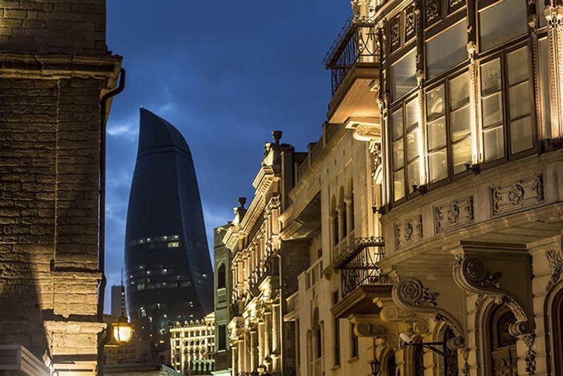 Вид на башню Flame Towers из Ичери-шехера, Баку, Азербайджан