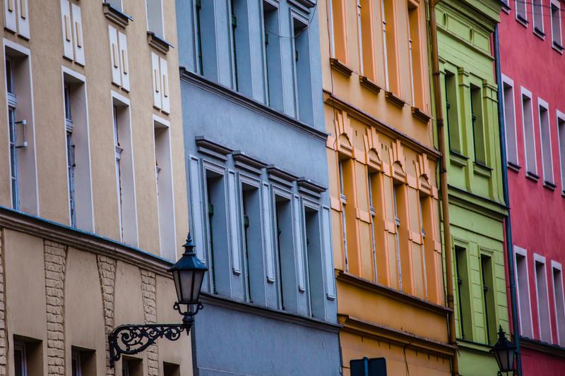 Χρωματιστές προσόψεις σπιτιών στο Τορούν της Πολωνίας