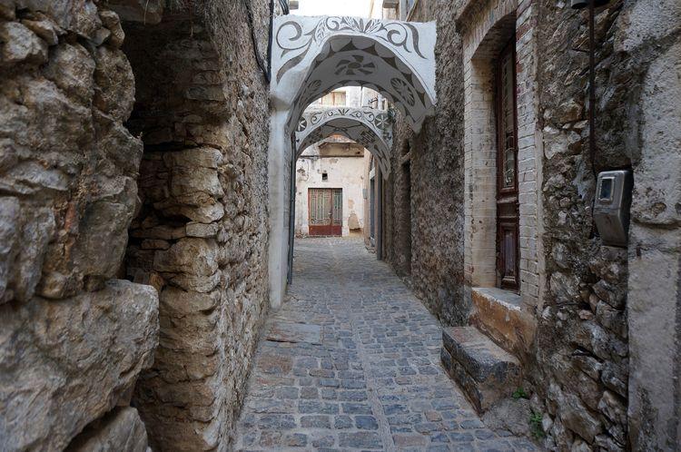 To μεσαιωνικό Πυργί της Χίου με τις καμάρες και τα σπίτια διακοσμημένα με ξυστά