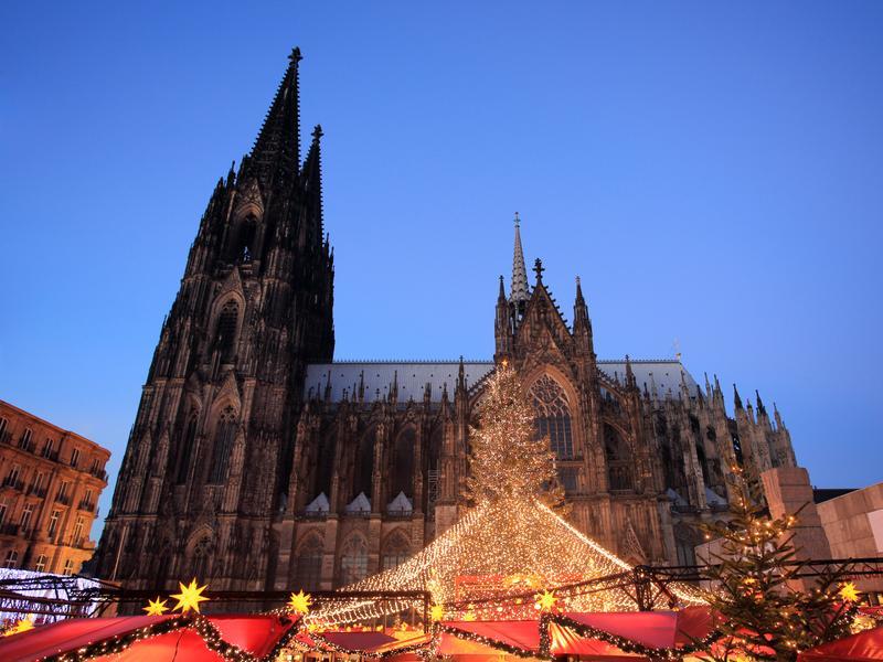 Вечерний вид на Кельнский собор и рождественскую ярмарку около него