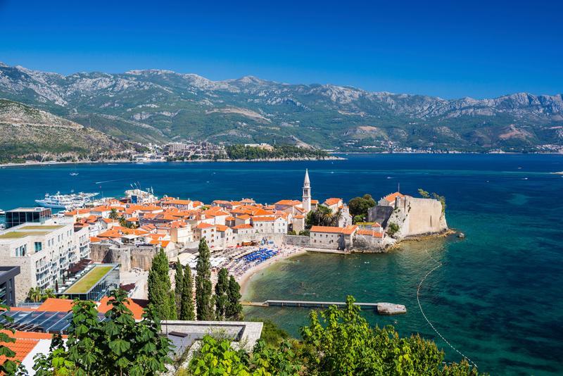 Вид сверху на Старый город Будвы и горы на адриатическом побережье Черногории