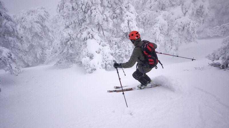 esquiador en la sierra de guadarrama en españa