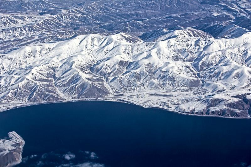 Вид сверху на озеро Севан и горы Армении зимой