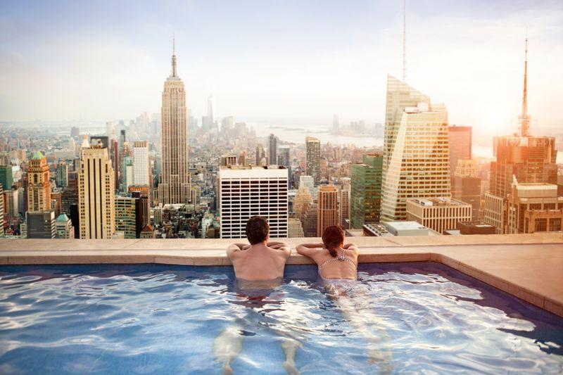 Парочка в бассейне на крыше отеля в Нью-Йорке