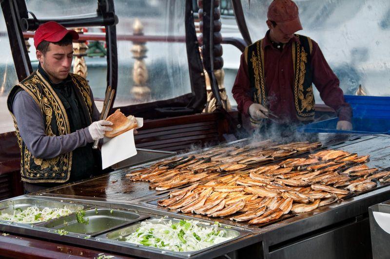 Продавец балык-экмек на Галатском мосту