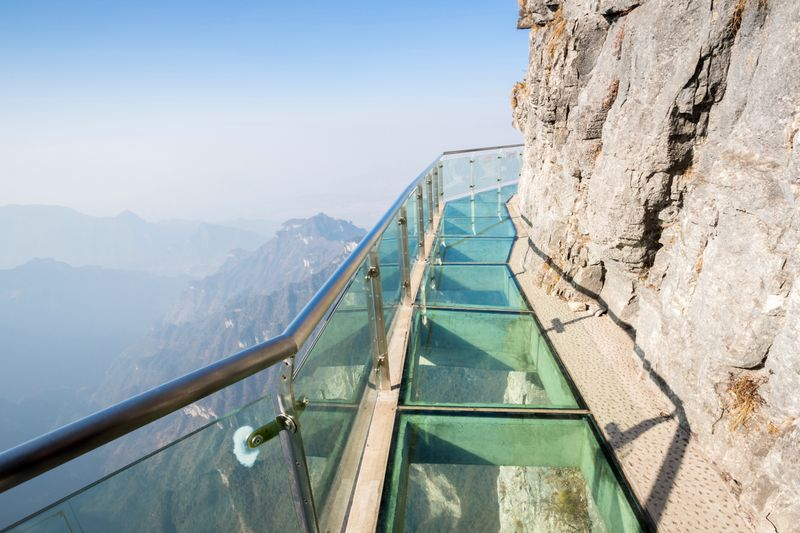 Стеклянная тропа на горе Тяньмэнь в Китае
