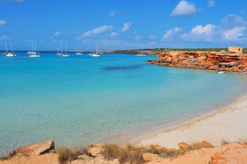 Пляж Кала Саона на острове Форментера в Испании