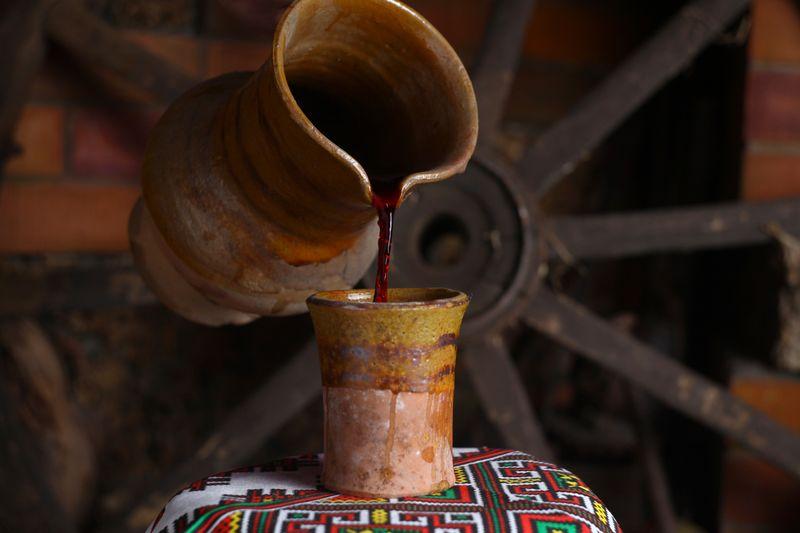 Розлив красного молдавского вина в традиционном антураже