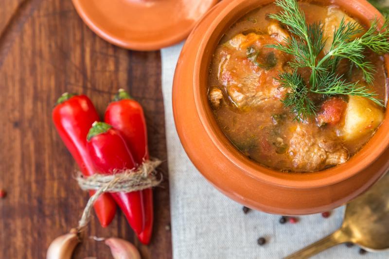 Боливийское фрикасе, рагу из тушеной свинины с перцем чили