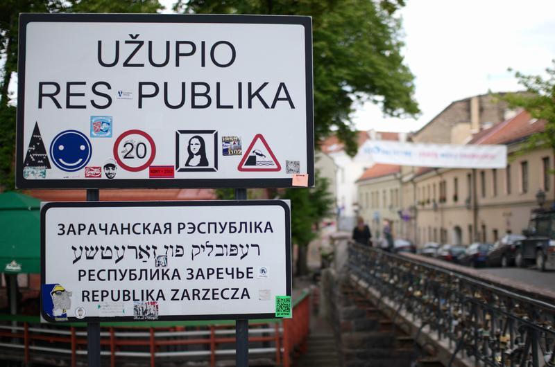 Дорожный указатель на въезде в Республику Ужупис в Литве