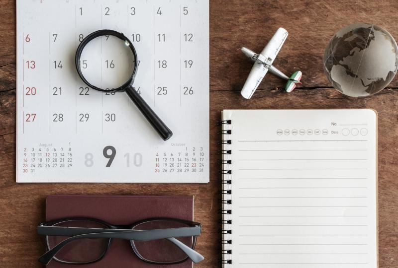 Kalender dan buku catatan untuk membuat perencanaan perjalanan Anda lebih mudah.