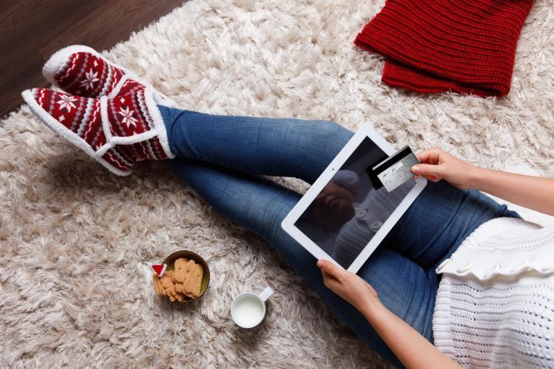 Seorang wanita bersiap-siap melakukan transaksi online lewat tablet-nya.