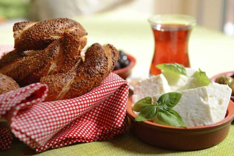 Турецкие бублики-симиты, сыр и чашка чаю на столе