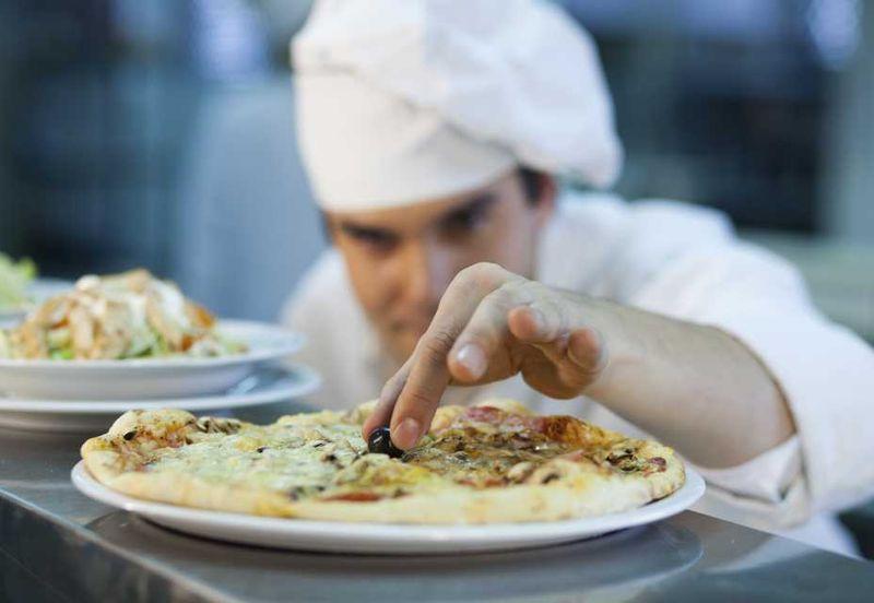 Повар и пицца