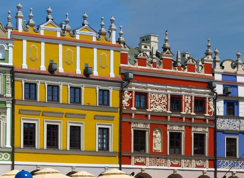Χρωματιστά κτήρια στην πόλη Ζαμόσκ στην Πολωνία