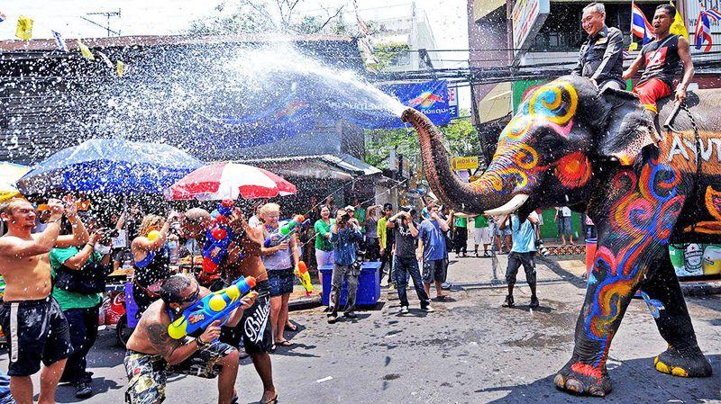 Lễ hội té nước Songkran đặc trưng của Thái Lan