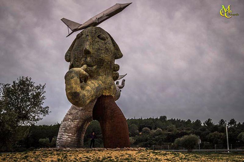 Скульптура в испанском аэропорту Кастельон-Коста Азар